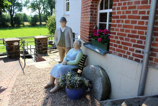 Zwei Lechner-Figuren an der Wind- und Wassermühle in Lahde