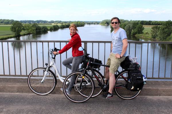 Radfahrer auf der Brücke in Landesbergen