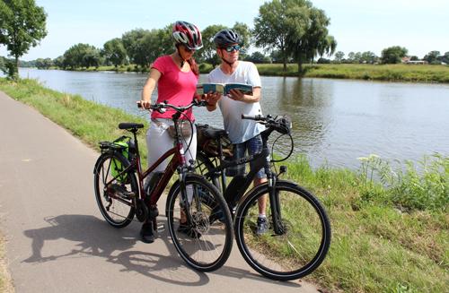 Radfahrer beim Blick in einer Radkarte