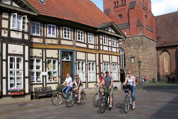 Radfahrer in der Altstadt Nienburgs