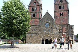 Radfahrer vor der Stiftskirche in Bücken