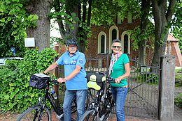 Radfahrer vor der Kirche in Achim