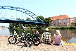 Rast am Weserufer mit Blick auf das Schloss Hoya