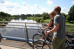 Radfahrer auf der Weserbrücke in Nienburg