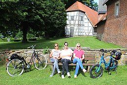 Radfahrer am Kloster Schinna