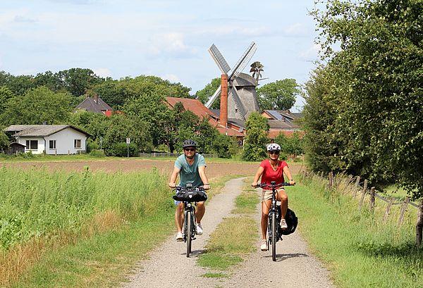 Radfahrer an einer Mühle in Petershagen