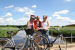 Radfahrrerinnen werfen einen Blick in die Radkarte